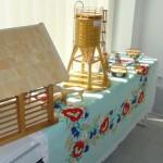 Zanimivi izdelki iz lesa na čudovito izvezenem namiznem prtu